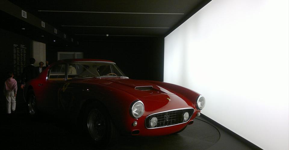Mur lumineux dans un salon automobile
