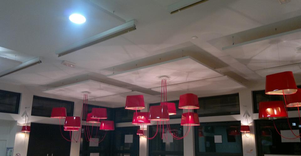 Cadre suspendu dans un showroom